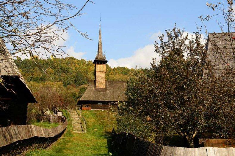 biserica din lemn cu acoperis de sindrila