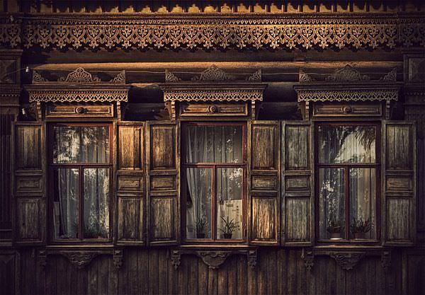 Casa siberiana cu ferestre din lemn - Rusia Eterna