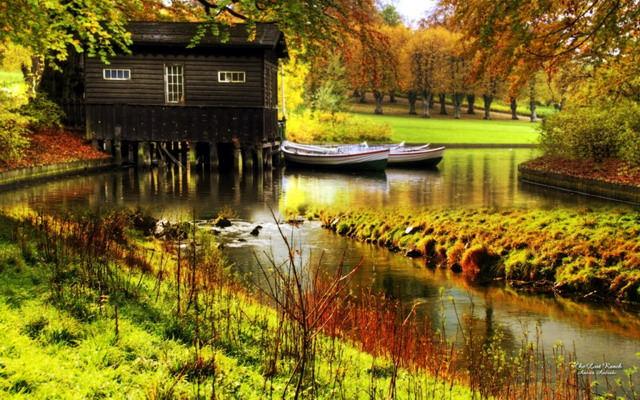 Casa din lemn pe lac