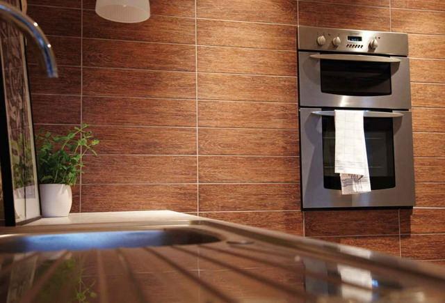 Perete de bucatarie decorat cu placi de tek imitatii de lemn