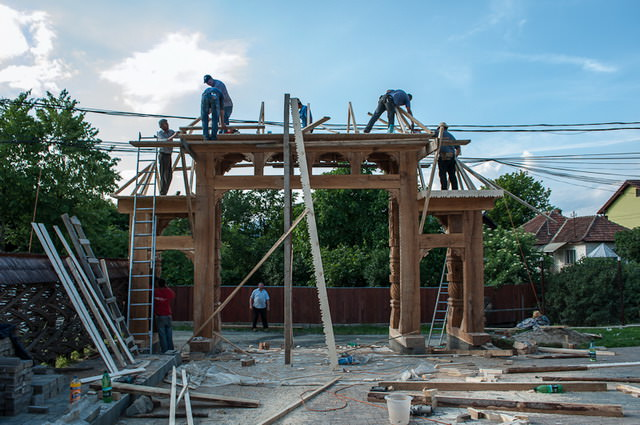 Poarta maramureseana in timpul constructiei
