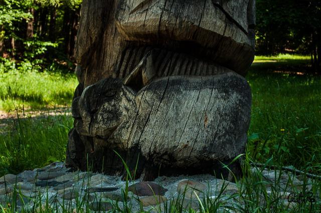 Baza coloanei - Mistretul si Vulturul Stalp totem
