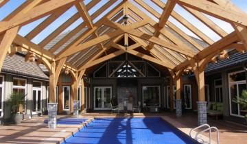 Amenajare exterioara pentru piscina acoperita cu cadre de lemn