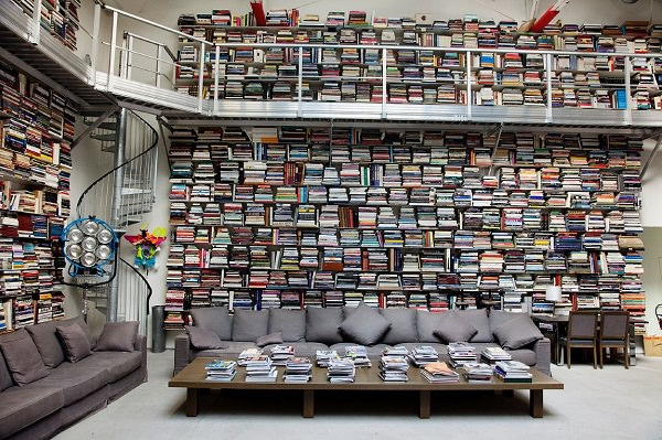 multe cărti. organizare de designer