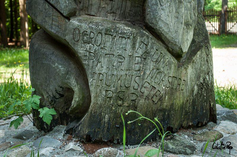 Indemn de suflet, de pe timpuri Stalp totem din lemn sculptat