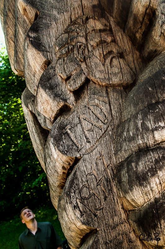 Stalp de lemn sculptat