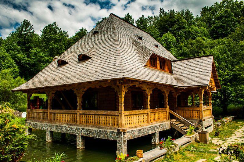 Cabana de pe apa, cu locuri de cazare la etaj si restaurant la parter