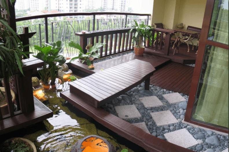 Decor de balcon generos cu lemn