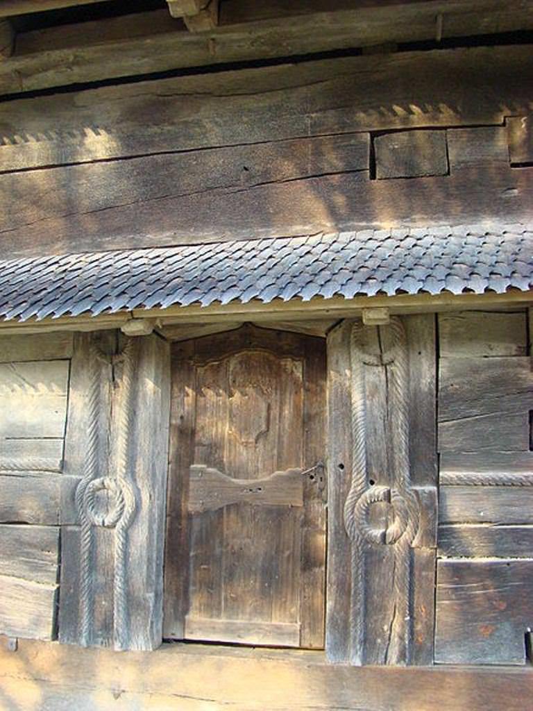 Poarta de lemn a bisericii