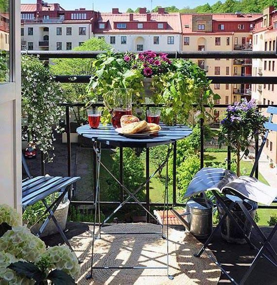 Idee de decorare a unui balcon cu scaune si masuta pliabile