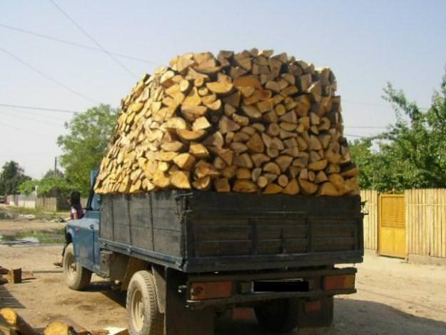 Masina incarcata cu lemn de foc