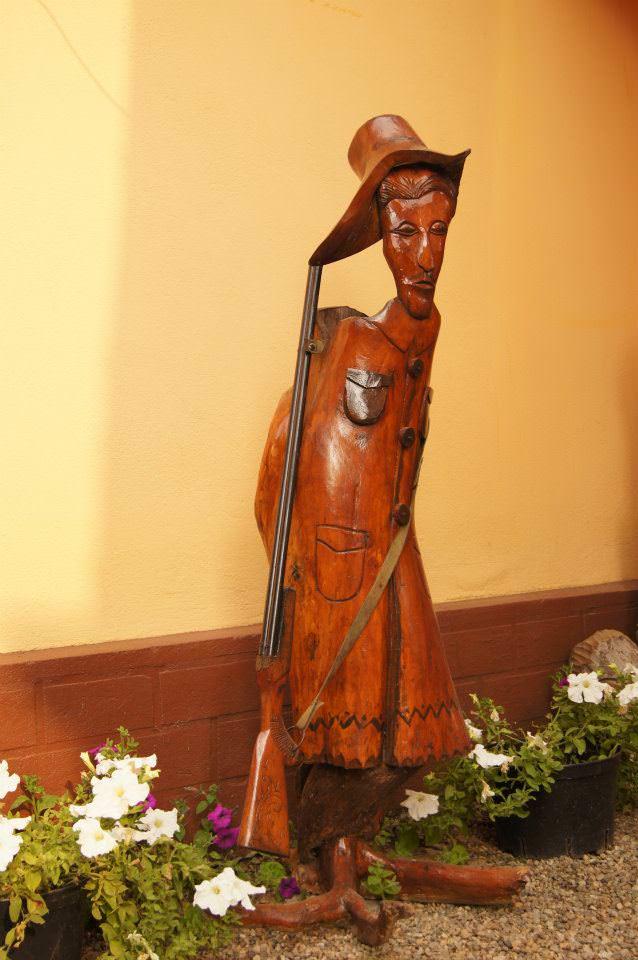 Sculpturra din lemn pe tema populara