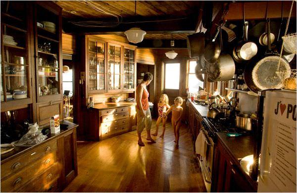 casa din lemn pe stanca
