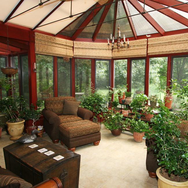 Sunroom cu plante si mobilier