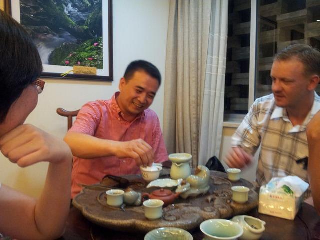 Mr Lin prepara ceaiul