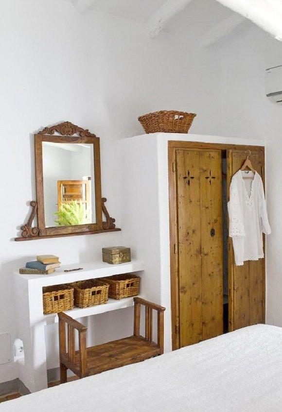 mobila din lemn masiv si zid alb