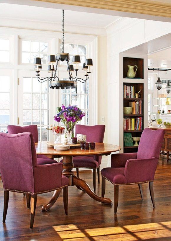 sufragerie cu masa rotunda si scaune mov