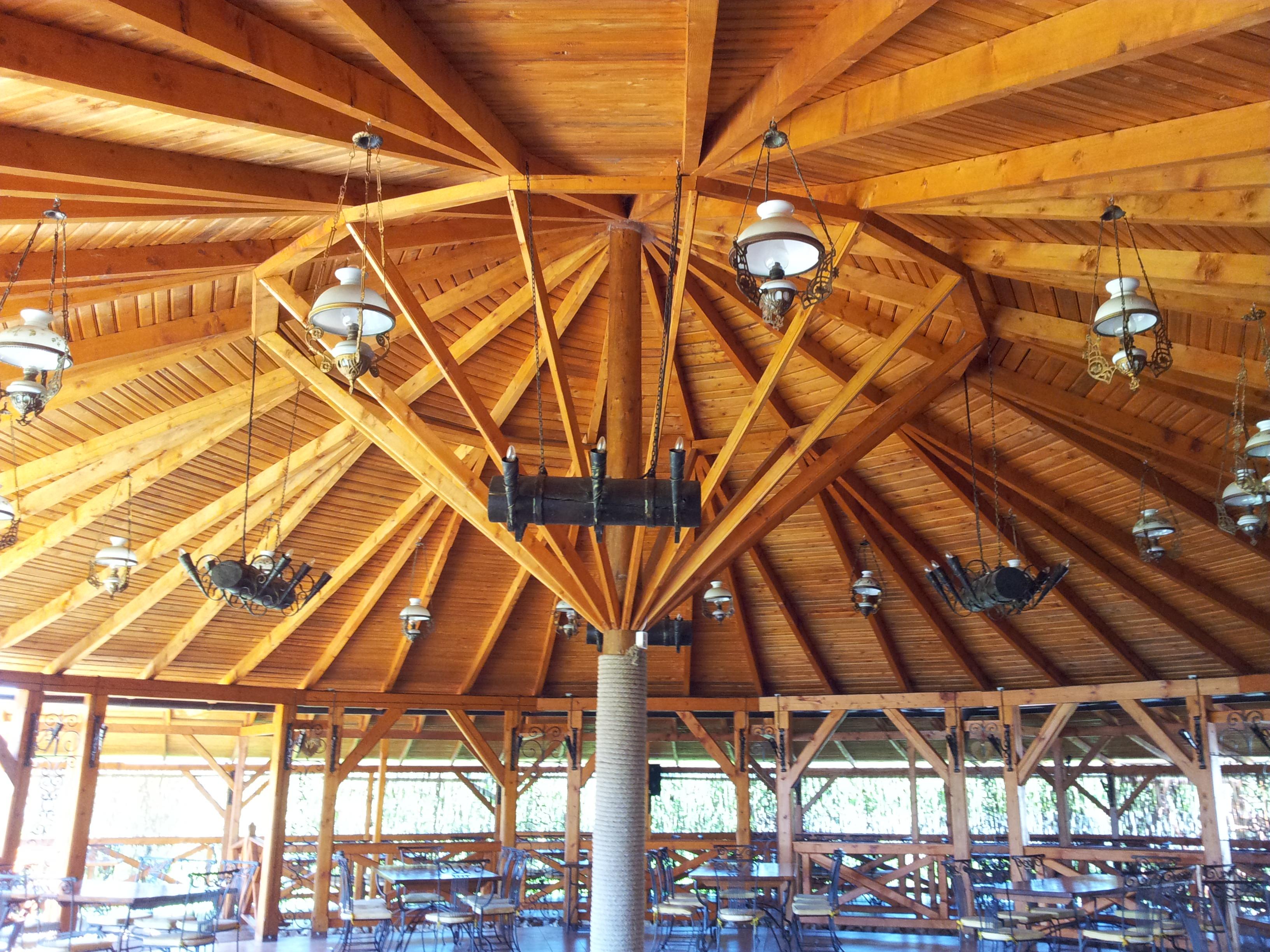Terasa de restaurant din lemn - La Taticu'