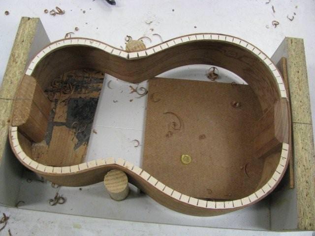 Corp de chitara executat prin metoda indoirii placajului