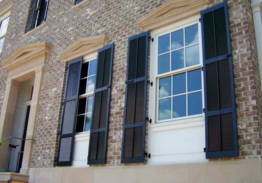 ferestre cu obloanele deschise
