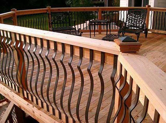 Balustrada cu mana curenta din lemn si elemente de fier forjat