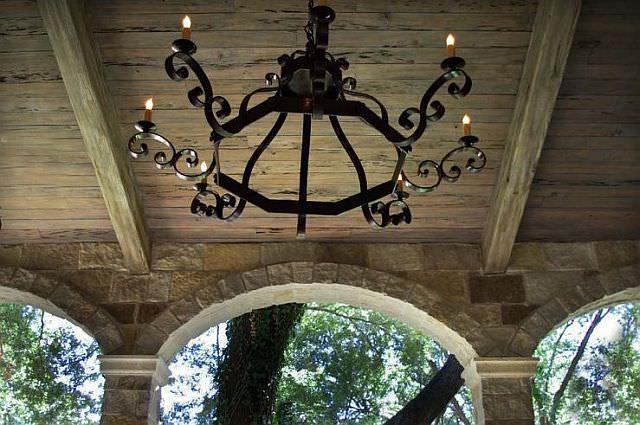 Plafon de lemn cu candelabru din fier forjat
