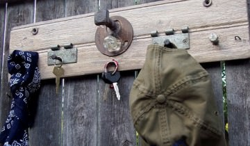 Din lemn refolosit … cuiere pentru haine