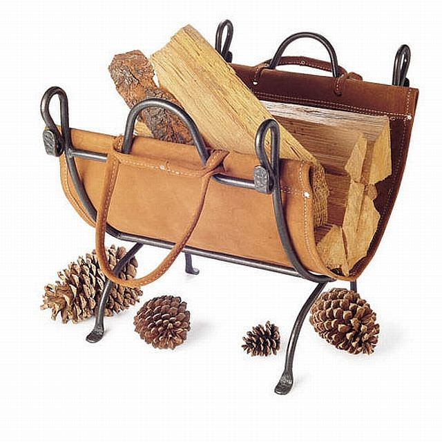 suport de lemn de foc din fier forjat si piele