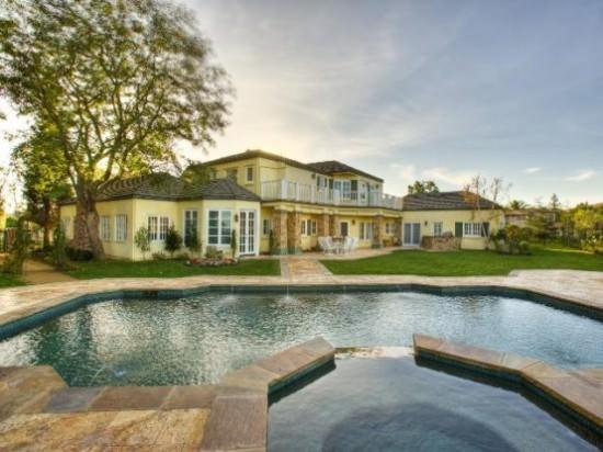 Vedere dinspre piscina - casă cu piscină