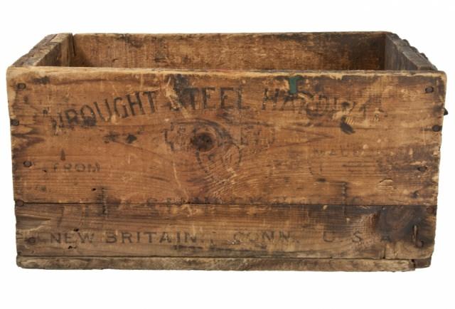 "<img src=""https://www.stejarmasiv.ro/wp-content/uploads/2013/02/cutie-de-lemn-pentru-feronerie-Stanley.jpg"" alt=""lădiță de lemn"" />"