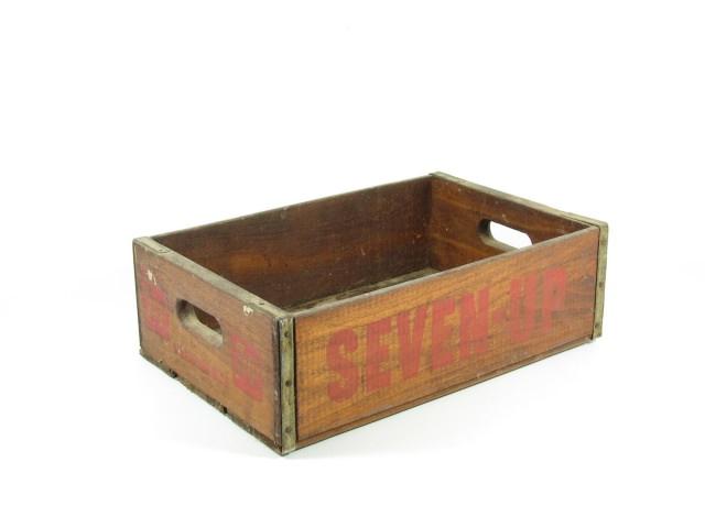 "<img src=""https://www.stejarmasiv.ro/wp-content/uploads/2013/02/cutie-de-seven-up.jpg"" alt=""lădiță de lemn"" />"