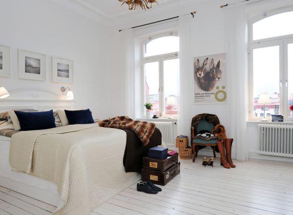 dormitor alb cu culori constrastante