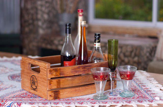 """<img src=""""https://www.stejarmasiv.ro/wp-content/uploads/2013/02/ladita-pentru-servit-bauturile.jpg"""" alt=""""lădiță de lemn"""" />"""