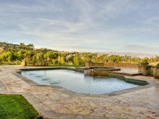 vedere spre piscina - casă cu piscină