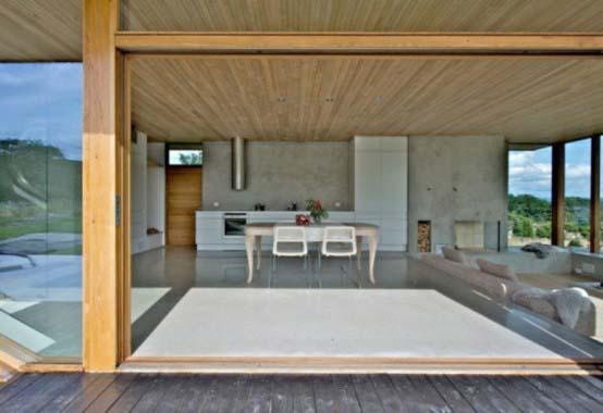 "<a href=""https://www.stejarmasiv.ro/wp-content/uploads/2013/03/masa-de-sticla-din-livingul-deschis-al-casei.jpg"" alt=""casa de lemn""></a>"