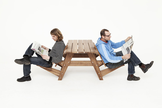 "<img src=""https://www.stejarmasiv.ro/wp-content/uploads/2013/03/scaunele-in-mod-revers.jpg"" alt=""bancă picnic"" />"