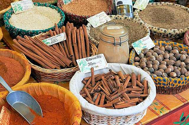 "<img src=""https://www.stejarmasiv.ro/wp-content/uploads/2013/04/Condimente-din-Provence.jpg"" alt=""piață"" />"