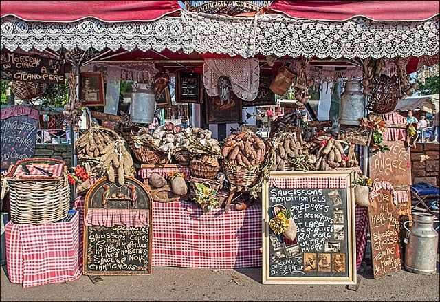 "<img src=""https://www.stejarmasiv.ro/wp-content/uploads/2013/04/Market_Stall_N_France.jpg"" alt=""piață"" />"