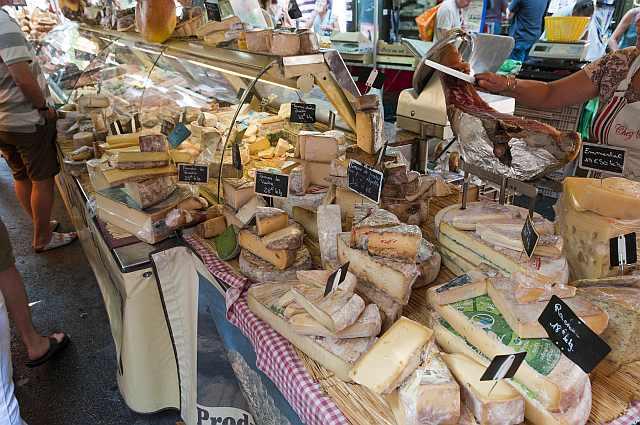 "<img src=""https://www.stejarmasiv.ro/wp-content/uploads/2013/04/Market_in_Aix-en-Provence_France_6052491291.jpg"" alt=""piață"" />"