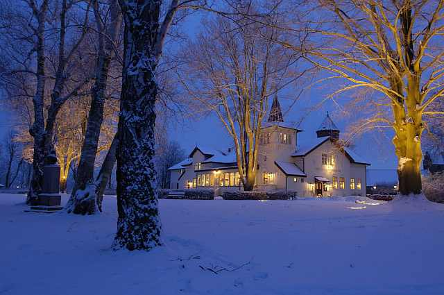 "<img src=""https://www.stejarmasiv.ro/wp-content/uploads/2013/04/Vedere-de-hotel-iarna.jpg"" alt=""hotel"" />"