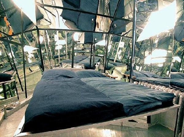 camera cu pereti de oglinzi Propeller Island City Lodge