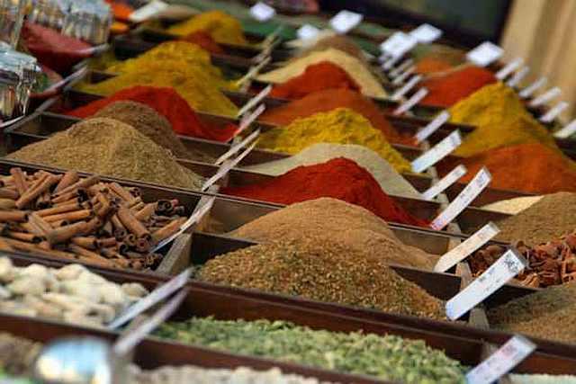 "<img src=""https://www.stejarmasiv.ro/wp-content/uploads/2013/04/condimente-in-cutii-de-lemn.jpg"" alt=""piață"" />"