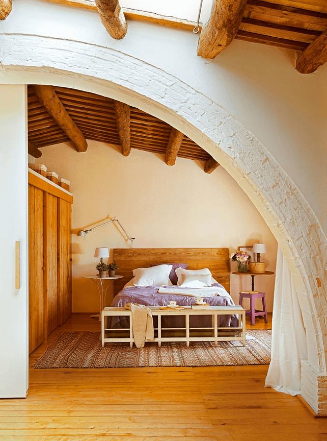 dormitor cu grinzi de lemn masiv