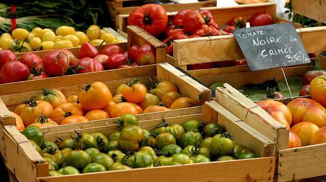 "<img src=""https://www.stejarmasiv.ro/wp-content/uploads/2013/04/ladite-din-lemn-cu-legume.jpg"" alt=""piață"" />"