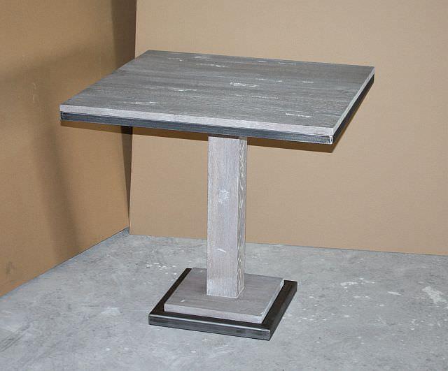 "<img src=""http://www.stejarmasiv.ro/wp-content/uploads/2013/07/Masa-de-bar-cu-picior-si-rame-metalice-la-blat-si-suport.jpg"" alt=""mese de bar"">"