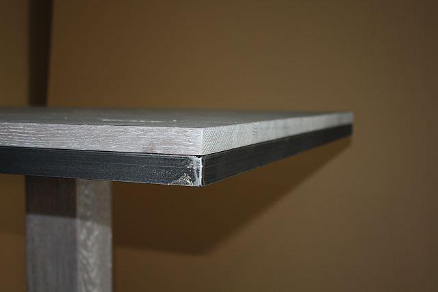 "<img src=""http://www.stejarmasiv.ro/wp-content/uploads/2013/07/detaliu-in-coltul-blatului-cu-lemn-masiv-si-rama-metalica.jpg"" alt=""mese de bar"">"