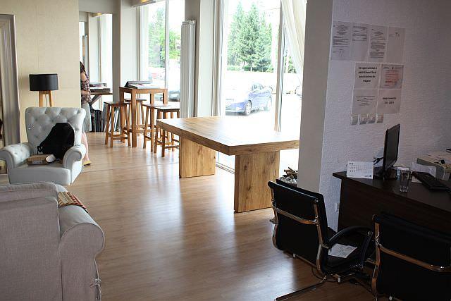 """<img src=""""http://www.stejarmasiv.ro/wp-content/uploads/2013/07/mese-din-lemn-masiv-expuse-la-geam-in-showroom-ul-din-Brasov.jpg"""" alt=""""Magazin de mobila Brasov"""">"""