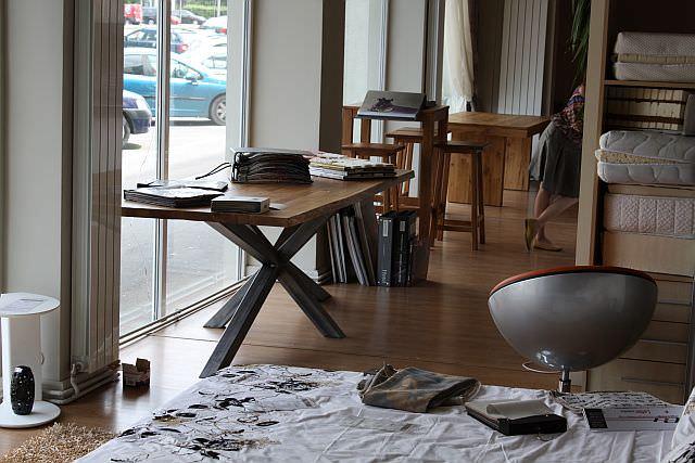 masa din lemn cu picioare metalice
