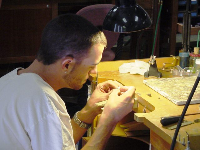 "<img src=""http://www.stejarmasiv.ro/wp-content/uploads/2013/11/cariera-in-manufacturarea-bijuteriilor.jpg"" alt=""banc de lucru"">"