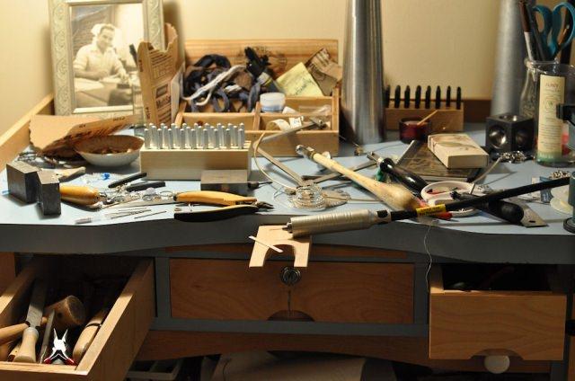"<img src=""http://www.stejarmasiv.ro/wp-content/uploads/2013/11/mbjewelry.blogspot.com-masa-de-lucru.jpg"" alt=""banc de lucru"">"